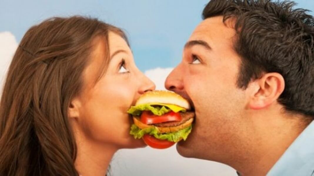 casais que comem juntos
