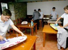 escola ensina rapazes a realizar tarefas domésticas