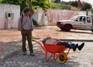marido leva a esposa acamada em carrinho de mão