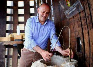 fonte que despeja vinho 24 horas por dia