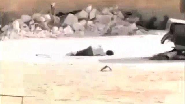 Menino finge-se de morto para resgatar menina