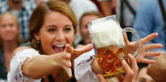 Mulheres que bebem cerveja