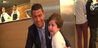 Cristiano Ronaldo surpreende menino