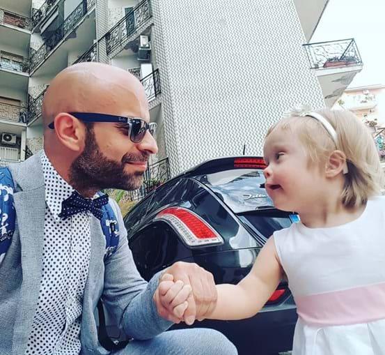 Pai solteiro adopta menina com Síndrome de Down