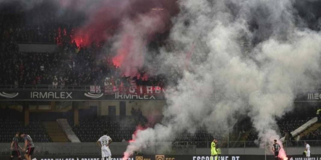 Adeptos do Benfica lançam cadeiras