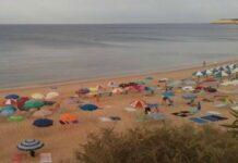 Guarda-sóis marcam lugar praia